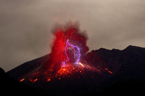 怒りに見立てた噴火山と溶岩と火山雷
