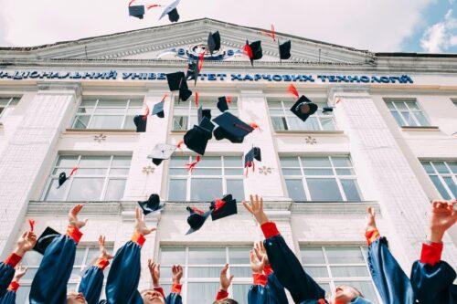 ある大学の卒業風景と未来の天才達