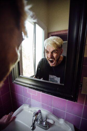鏡に向かって怒りの叫び